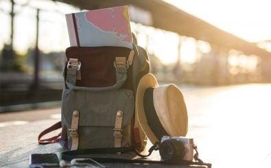 Ein Rucksack auf einem Bahnsteig. Leichtes Gepäck kann Teil des Minimalismus beim Reisen sein. Foto: GP Studio | shutterstock.com