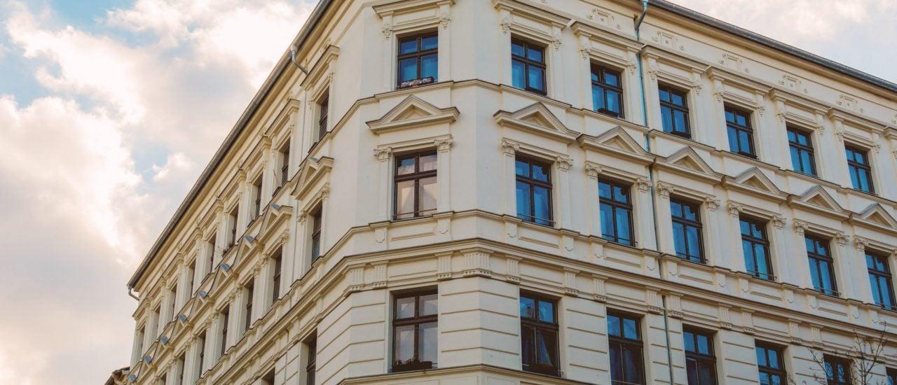 Wird das Haus verkauft, fürchten die Bewohnenden eine Mietpreiserhöhung. Wie kann man sich davor schützen? Foto: Wondervisuals | shutterstock