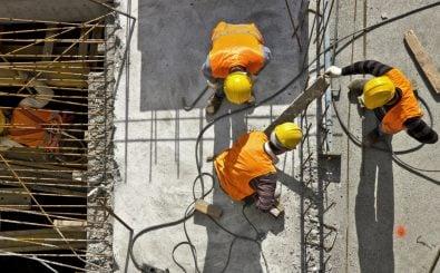Bauarbeiter müssen oft in der prallen Sonne schuften. Foto: Emre Ucarer | Shutterstock