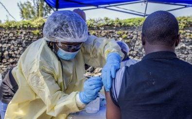 Ein Mann erhält einen Impfstoff gegen Ebola. Im Kongo wurde wegen der Krankheit der Gesundheitsnotstand ausgerufen. Foto: Pamela Tulizo | AFP