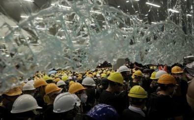 In Hongkong durchbrachen Demonstranten Zäune und eine Glasfront, um das Parlament zu stürmen. Foto: Vivek Prakash | AFP Forum