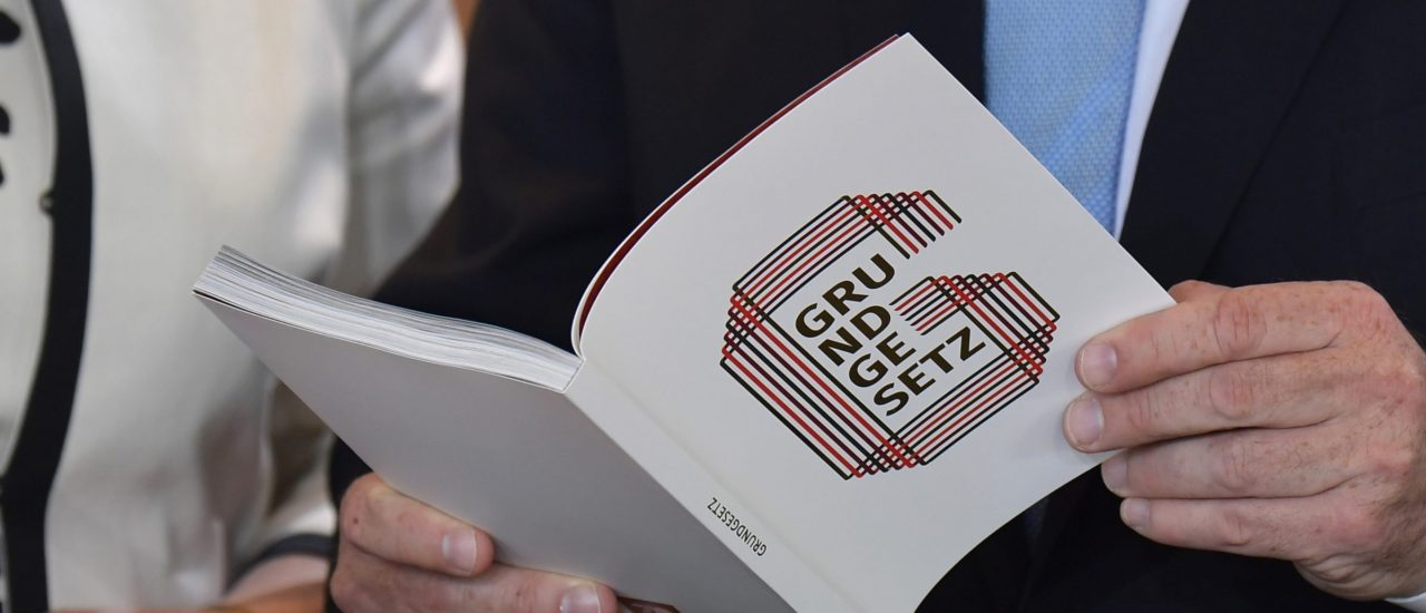 Grundgesetz-Podcast | Verfassung tritt in Kraft – Geschichte als Mikrofilm | detektor.fm – Das Podcast-Radio