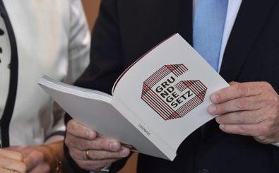 Die Spezialausgabe zum 70. Grundgesetz-Jubiläum. Menschenwürde und Demokratieprinzip müssen drin stehen. Foto: Tobias Schwarz / AFP