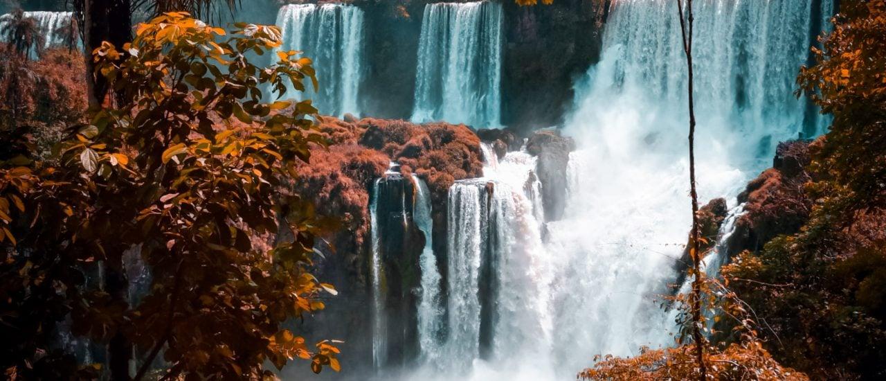 Turbulenzen wie am Fuß eines Wasserfalls sind physikalisch bislang kaum vorherzusagen. Foto: Ignacio Aguilar | Unsplash