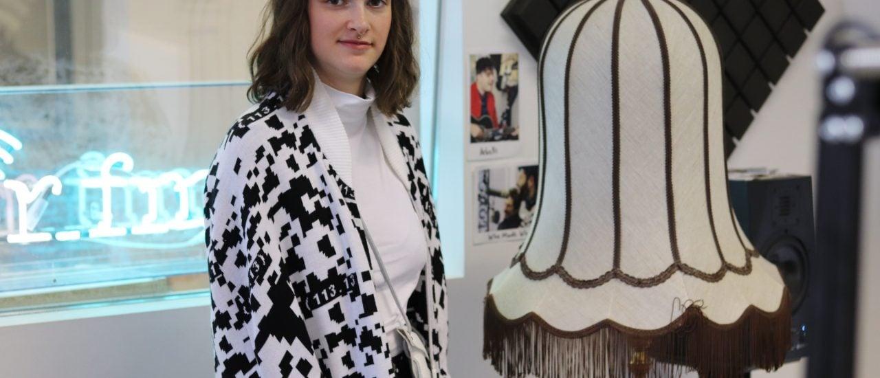 Nicole Scheller entwirft Mode für den Datenschutz. Im detektor.fm-Studio zeigt sie Teile aus ihrer Kollektion. Foto: Christian Erll | detektor.fm