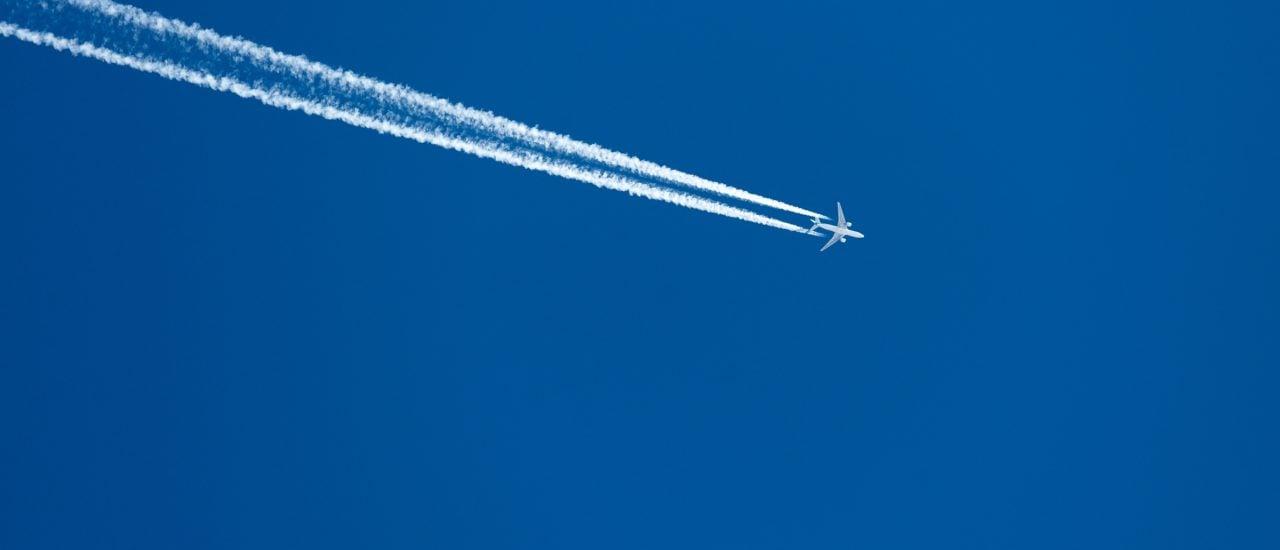 Immer mehr Unternehmen bieten die CO2-Kompensation von Flügen an. Greenwashing oder Klimaschonend? Foto: | Pises Tungittipokai / Shutterstock