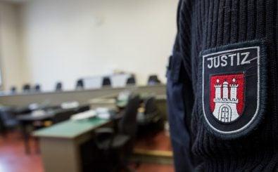 Ein Polizeibeamter in einem Gerichtssaal. Foto: Christian Charisius / AFP
