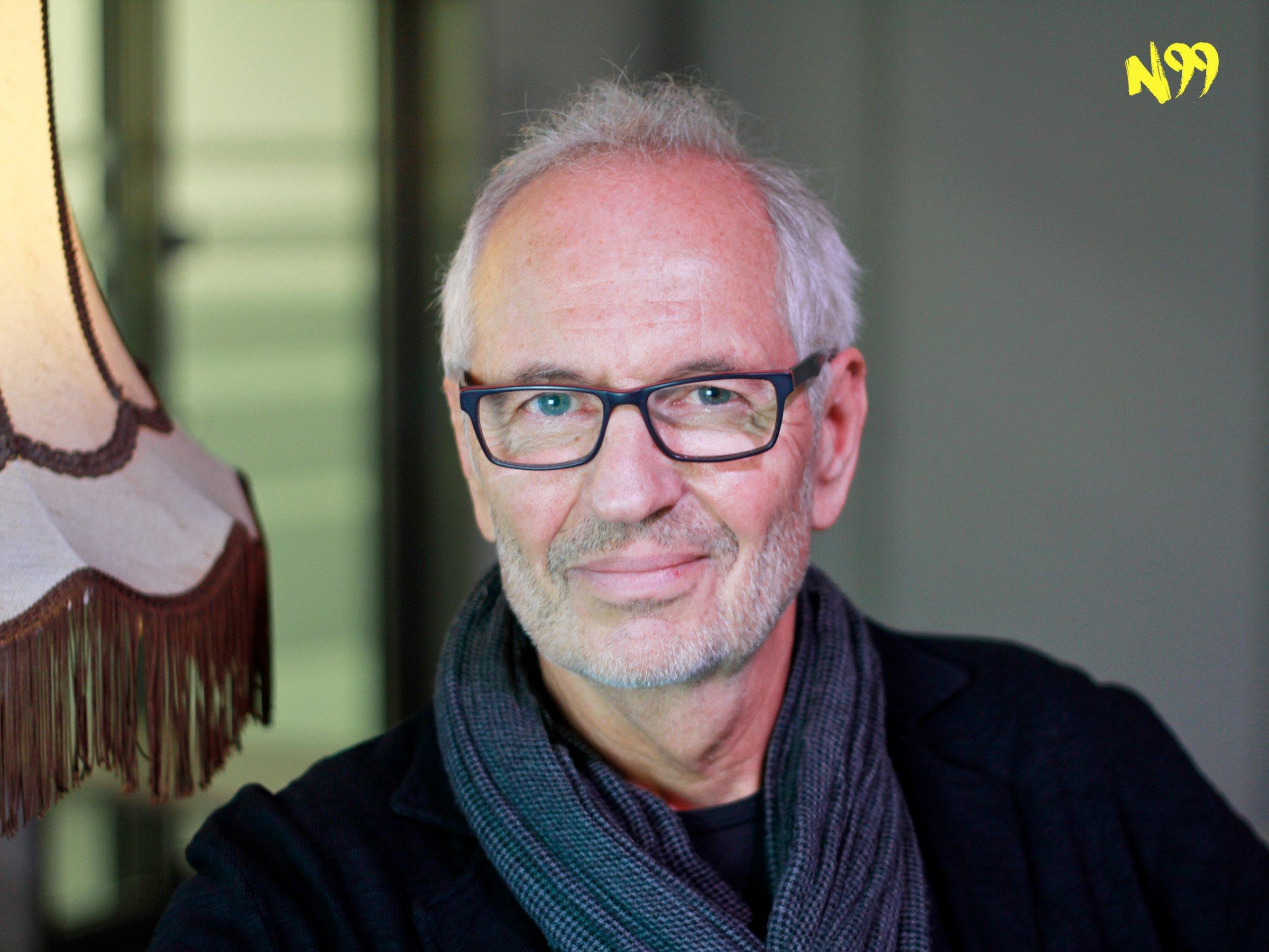"""N99   Eugen Ruge über das Schweigen einer Generation – """"Wie funktioniert Ideologie?""""   detektor.fm"""