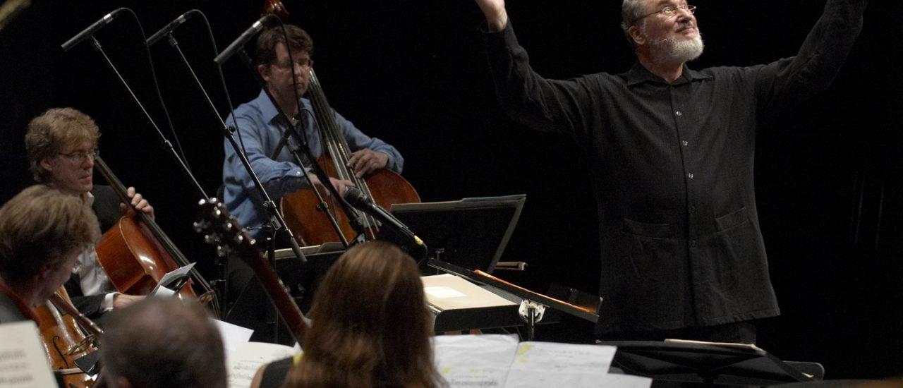 HK Gruber hat lange Jahre selbst als Kontrabassist im Orchester gespielt und dirigiert leidenschaftlich gerne. | Foto: Priska Ketterer