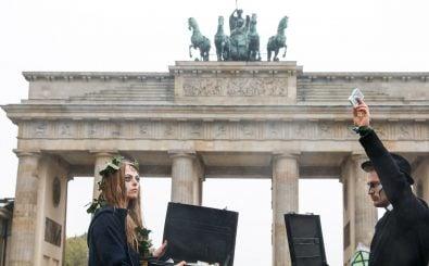 Aktivistinnen vor dem Brandenburger Tor in Berlin. Foto: AFP | Michele Tantussi
