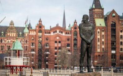 Die Legende lebt: eine Störtebekerstatue in der Hamburger Speicherstadt. Foto: Andrea Jany | Shutterstock