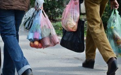 2020 will die Bundesregierung den Verkauf von Plastiktüten einschränken. Foto: Emilija Miljkovic | Shutterstock