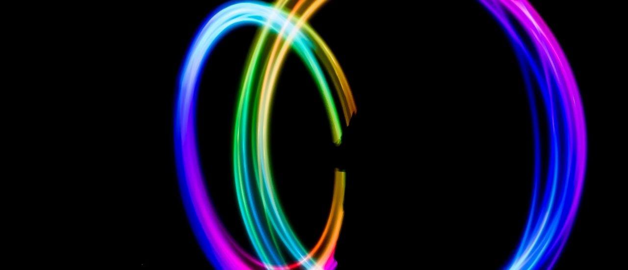Spektrum-Podcast: Quantenfelder im Vakuum könnten Licht brechen und sich so zu erkennen geben. Foto: Tyler Lastovich | Unsplash