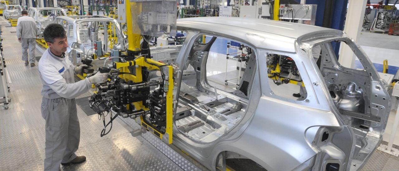 In der Autobranche werden 2020 Stellen gestrichen und die E-Wende steht vor der Tür. Foto: bibiphoto | shutterstock