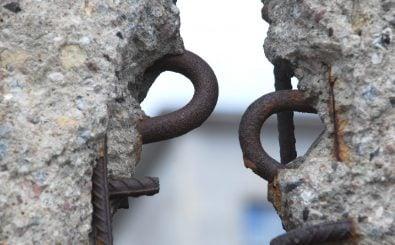 Der Einigungsvertrag nach dem Mauerfall hat auch seinen Weg ins Grundgesetz gefunden. Foto: shutterstock / Lois GoBe