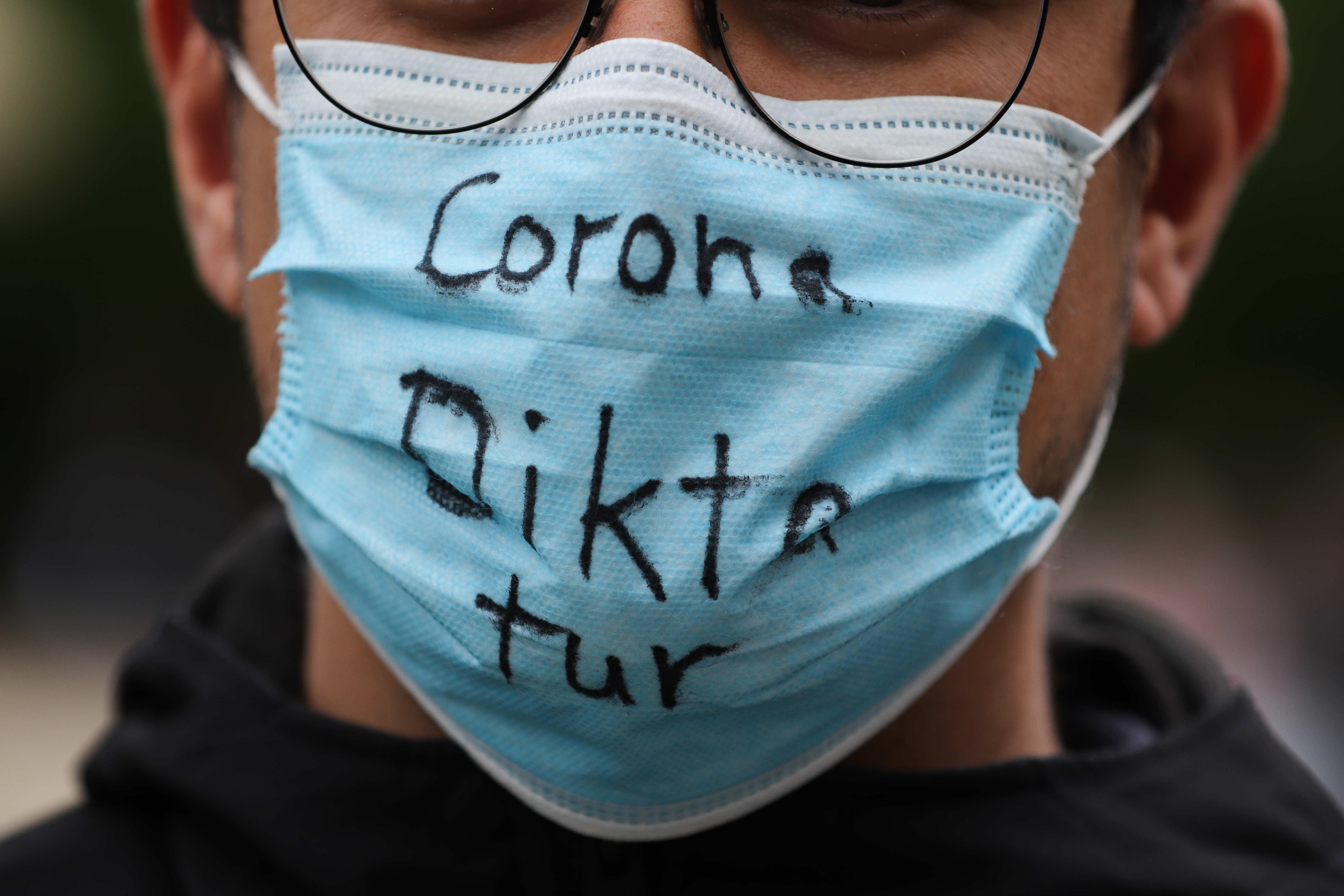 Blätter-Podcast | Corona-Verschwörungsmythen, Armut, Gender-Care-Gap und Green Deal – Wie muss es nach Corona weitergehen? | detektor.fm – Das Podcast-Radio