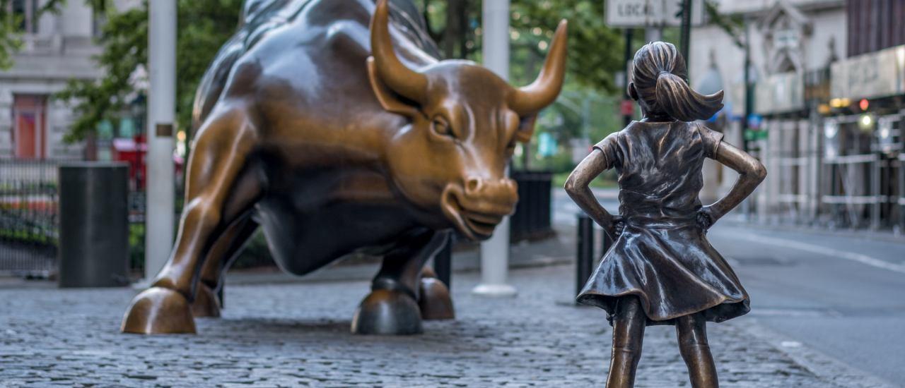 """Die Statue des """"fearless girl"""" schaut auf der Wall Street der Figur des """"Charging Bull"""" entgegen. Einem Symbol für aggressive Finanzmärkte. Foto: quietbits / Shutterstock"""