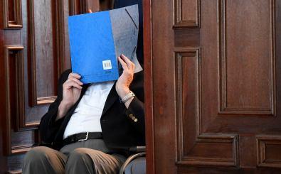 Bruno D. wird in den Gerichtssaal gefahren. Foto: Fabian Bimmer / Pool / AFP