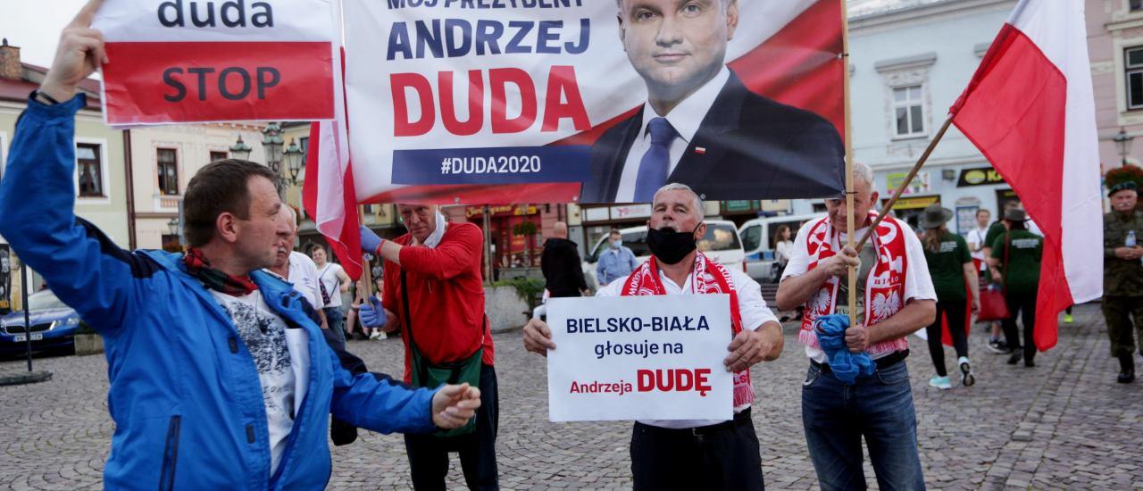 Skoczow,Poland – Juni 26, 2020 : Unterstützer und Gegner von Andrzej Duda auf dem Marktplatz in Skoczów. Foto: praszkiewicz/ shutterstock