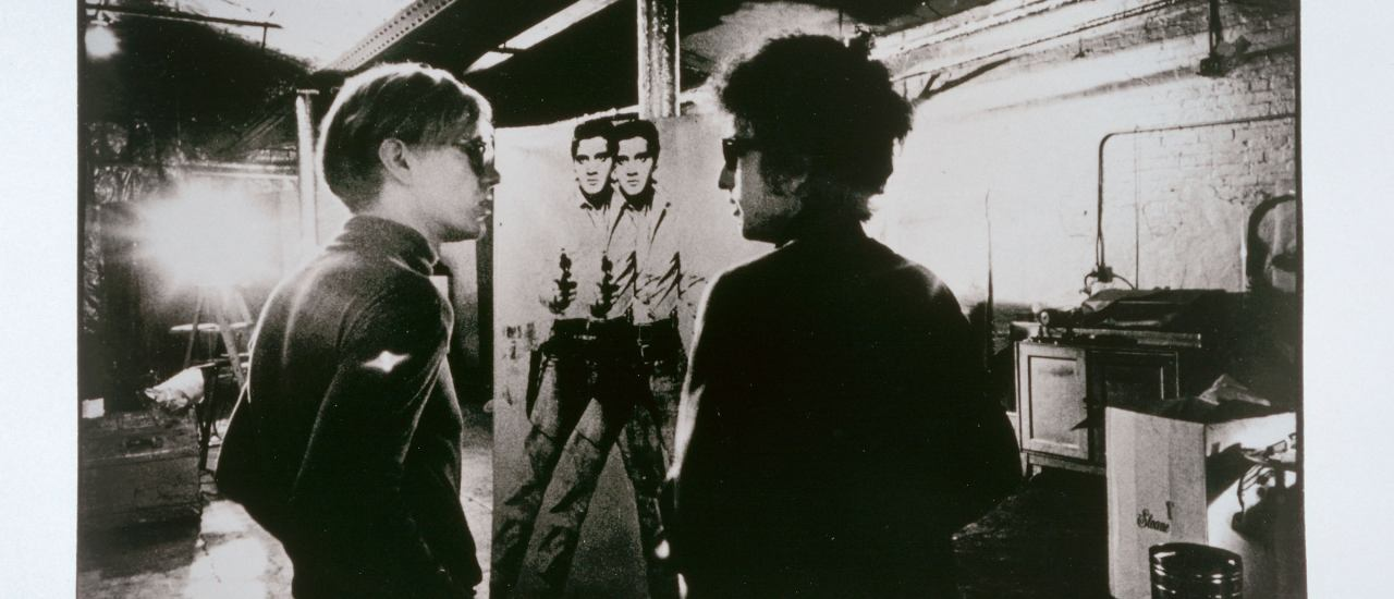 Nat Finkelstein: Dylan Warhol Elvis, ca.1965 aus der Serie Warhol Factory, 1964/1967 Museum Ludwig, Köln © The Nat Finkelstein Estate, Abgebildete Arbeit von Andy Warhol © 2020 The Andy Warhol Foundation for the Visual Arts, Inc. Licensed by Artists Rights Society (ARS), New York, Reproduktion: Rheinisches Bildarchiv, Köln/Rolf Zimmermann