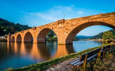 Im Gleichschritt über Brücken laufen ist verboten. Foto: Shanti Hesse / shutterstock.com