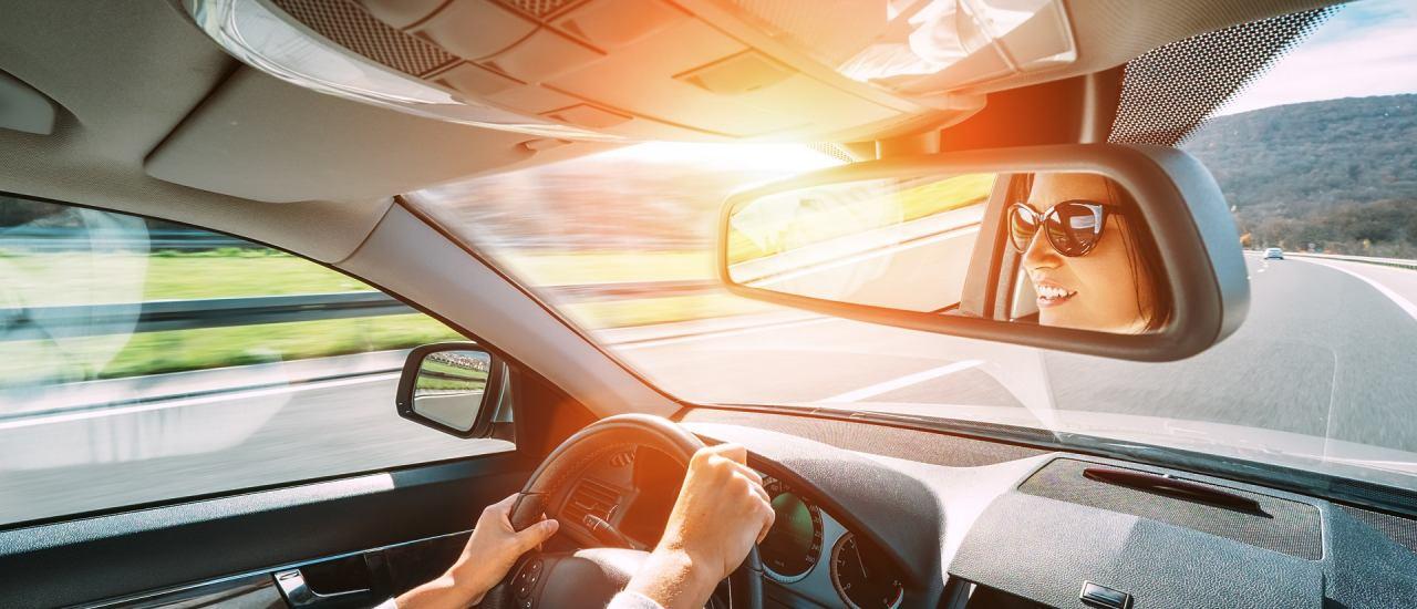 Frau fährt Auto. Foto: Soloviova Liudmyla | Shutterstock