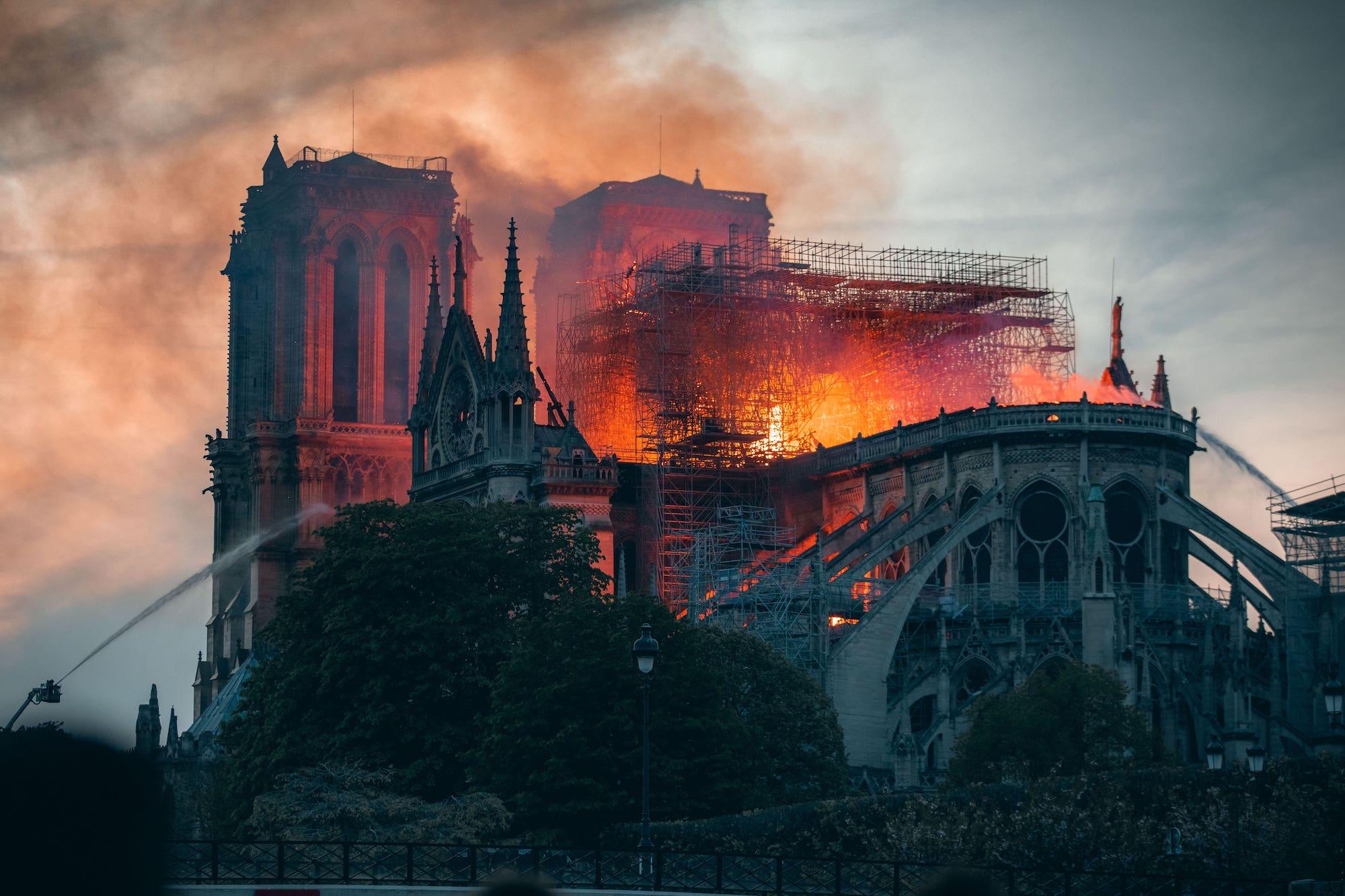Was läuft heute? | Notre Dame: Kampf gegen die Flammen, Kein Ort ohne dich, Kommissarin Heller – Die Legende in den Flammen | detektor.fm – Das Podcast-Radio