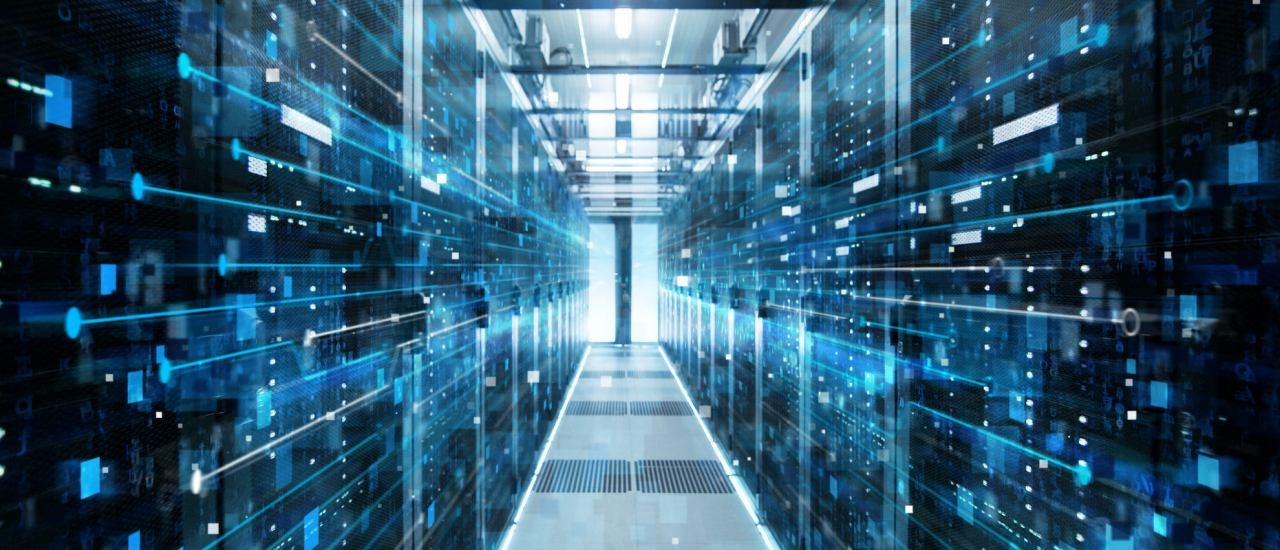 Shot of Corridor in Working Data Center Full of Rack Servers and Supercomputers with High Internet Visualisation Projection. Bild: Gorodenkoff / shutterstock