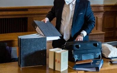 Rechtsanwalt vor Gericht. Foto: Jens Schlueter / AFP
