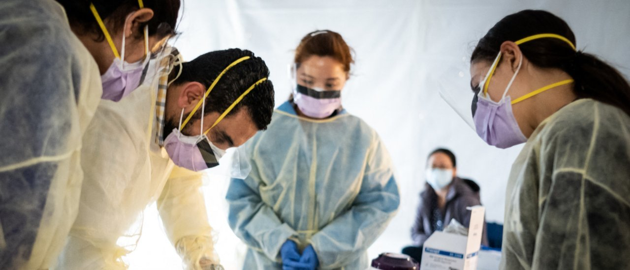 NEW YORK, NY – MARCH 24: Doctors test hospital staff with flu-like symptoms for coronavirus (COVID-19) in set-up tents to triage possible COVID-19 patients outside before they enter the main Emergency department area at St. Barnabas hospital in the Bronx on March 24, 2020 in New York City. New York City has about a third of the nations confirmed coronavirus cases, making it the center of the outbreak in the United States.   Misha Friedman/Getty Images/AFP (Photo by Misha Friedman / GETTY IMAGES NORTH AMERICA / Getty Images via AFP)