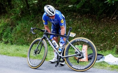 Team Deceuninck Quickstep's Mark Cavendish of Great Britain has a break during the 4th stage of the 108th edition of the Tour de France cycling race, 150 km between Redon and Fougeres, on June 29, 2021. (Photo by Thomas SAMSON / AFP)